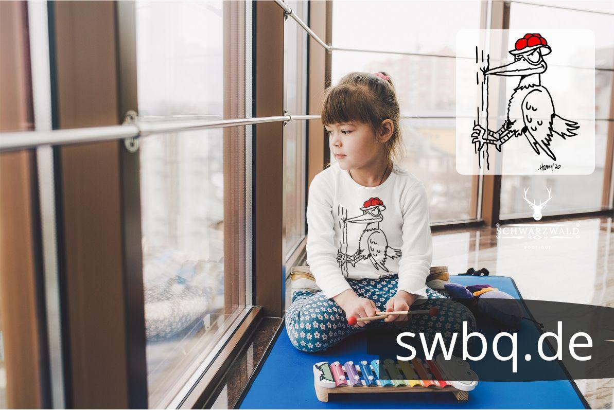 Schwarzwald- kinder pullover-Specht-mit-bollenhut-hackt-an-einem-baum