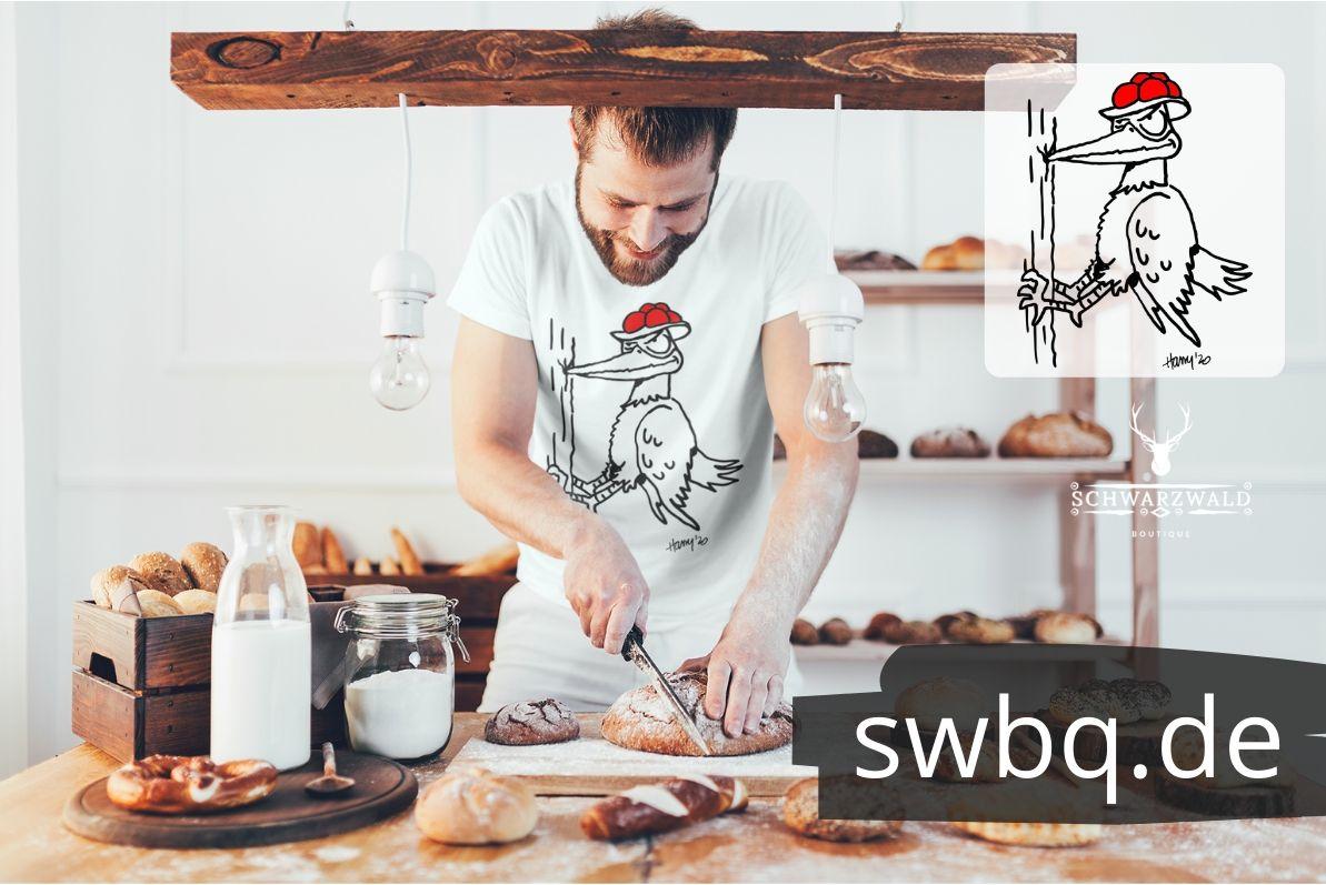 Schwarzwald-shirt-Specht-mit-bollenhut-hackt-an-einem-baum