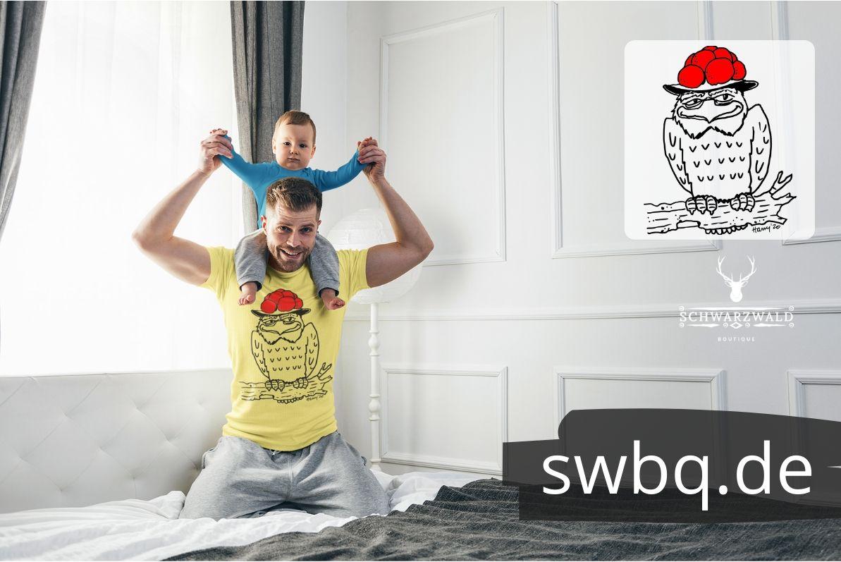 Schwarzwald-shirt-eule-mit-bollenhut-sitzt-auf-einem-baum