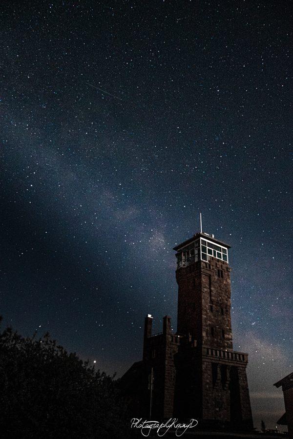 schwarzwald sehenswuerdigkeit der hornisgrindeturm bei nacht