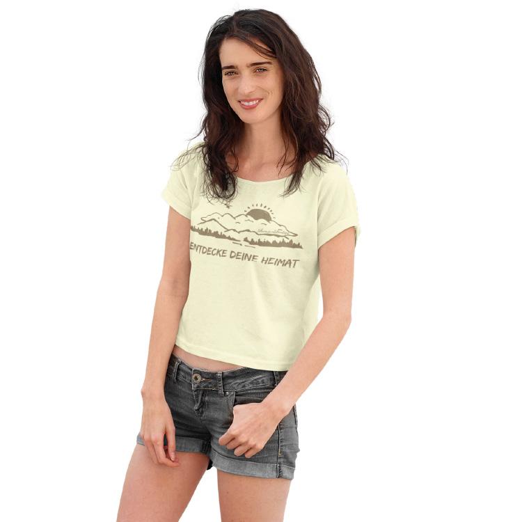 schwarzwald t-shirt - design-entdecke die heimat mit einer silouette vom feldberg hinter dem gerade sie sonne untergeht und am fusse der schwarzwald abgebildet ist in goldener farbe - heimat schwarzwald