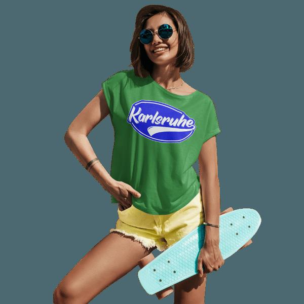 glueckliche frau mit sonnenbrille und skateboard und gruenem tshirt mit karlsruhe design