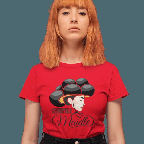 rothaarige frau mit rotem t-shirt mit aufdruck schwarzwaldmaidle kristin