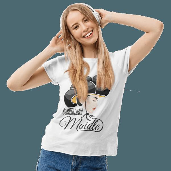 frau mit langen blonden haaren und kopfhoerern mit weissem tshirt mit logo schwarzwaldmaidle kristin
