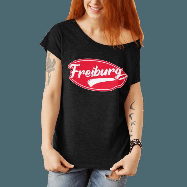 frau mit schwarzem t-shirt mit freiburg retro design