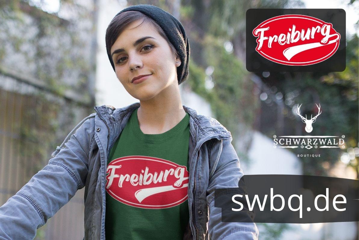 frau mit gruenem t-shirt mit freiburger motiv