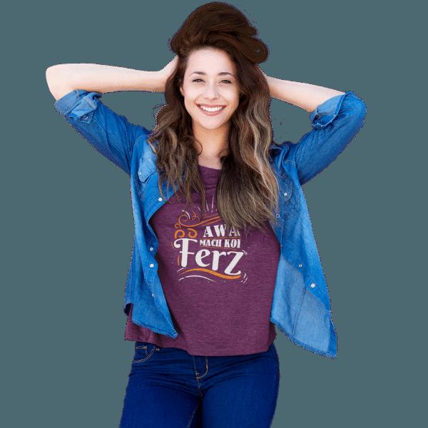 glueckliche frau in jeans und einem dunkellila t-shirt mit aufdruck mach koi ferz