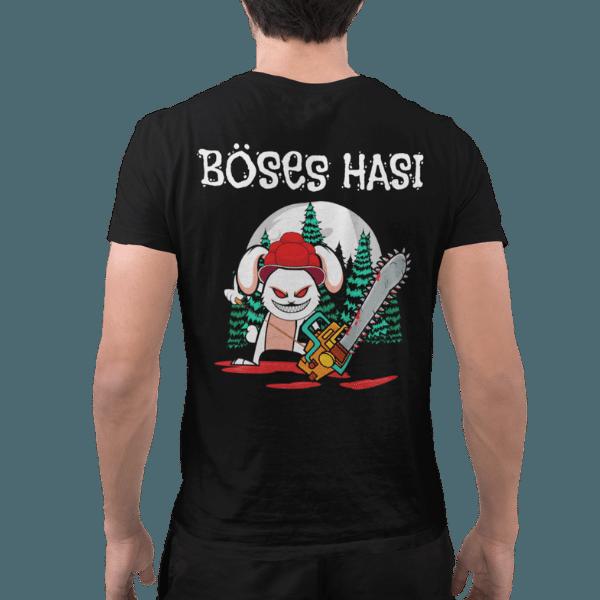 rueckenansicht eines mannes im studio mit einem schwarzen t-shirt mit dem motiv boeses hasi mit bollenhut