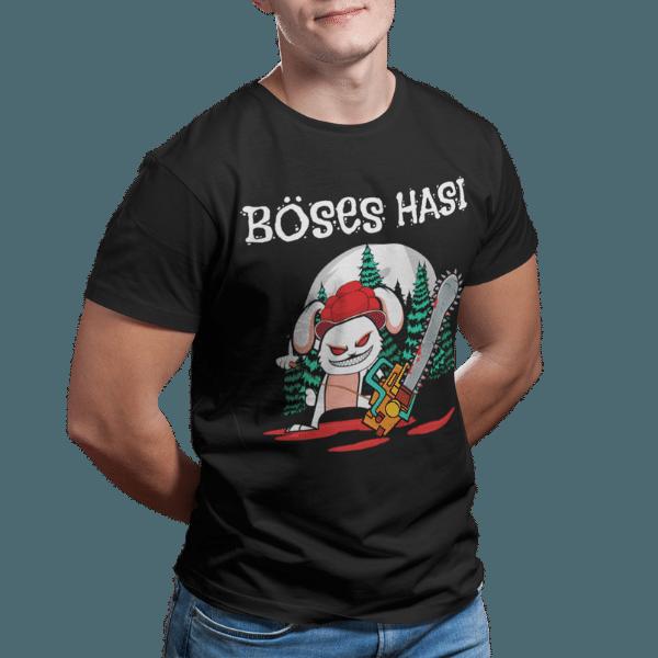 mann im studio mit schwarzem rundhalsausschnit t-shirt mit motiv boeses hasi mit bollenhut