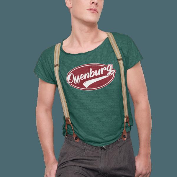 mann im studio mit gruenem t-shirt und hosentraegern mit offenburg motiv