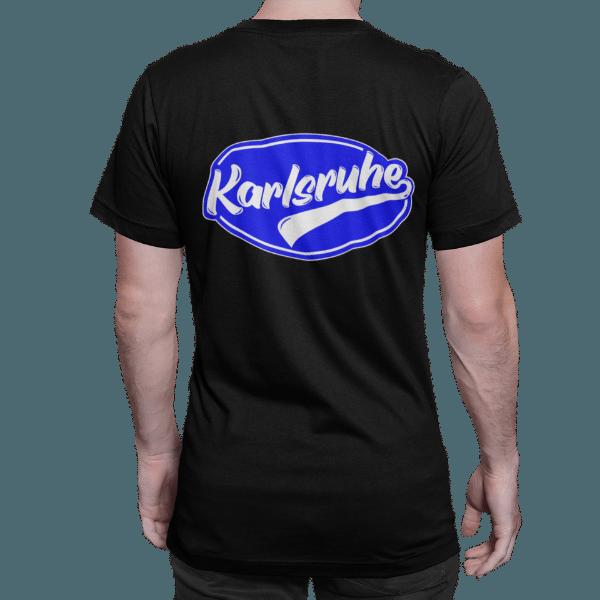 rueckenansicht eines mannes mit schwarzem t-shirt mit karlsruhe design