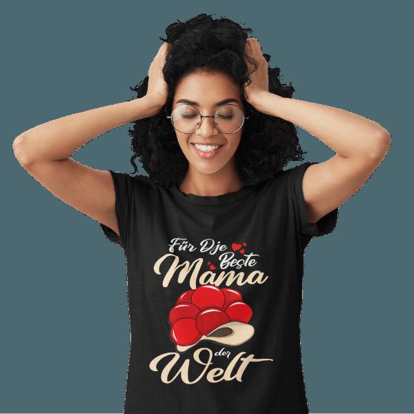 frau mit brille im studio mir schwarzem t-shirt mit beste mama im schwarzwald design