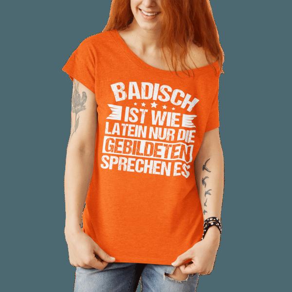 rothaarige frau mit orangem t-shirt mit logo badisch ist wie latein