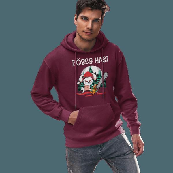 mann mit weinrotem hoodie im studion mit boeses hasi mit bollenhut design