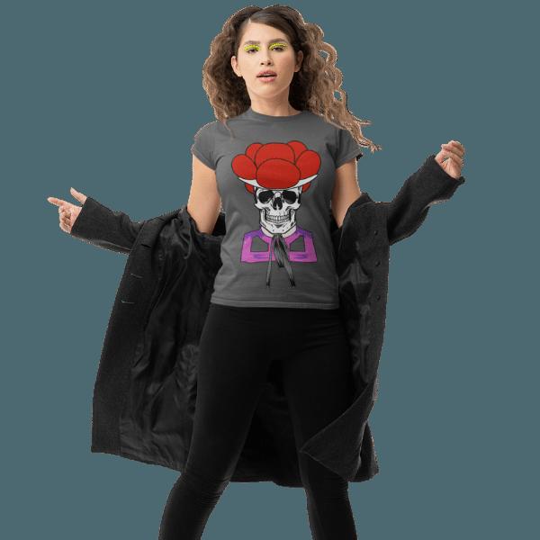 blonde frau mit mantel und grauem shirt mit dem design totenkopf schwarzwaldmaedel irmgard