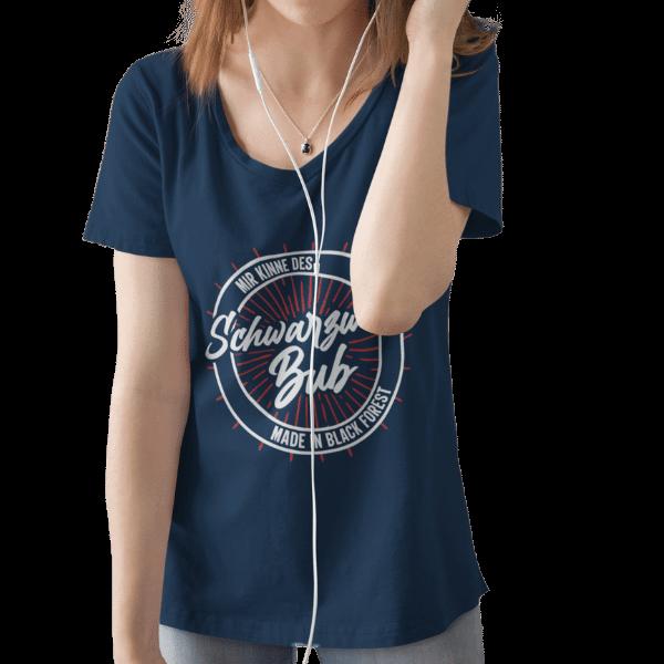 frau mit kopfhoerern und blauem t-shirt mit schwarzwald bub mir kinne des design