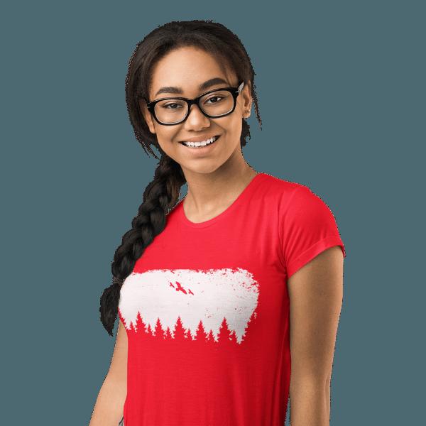 frau-mit-brille und-rotem-t-shirt-mit-black-forest-wildness-motiv