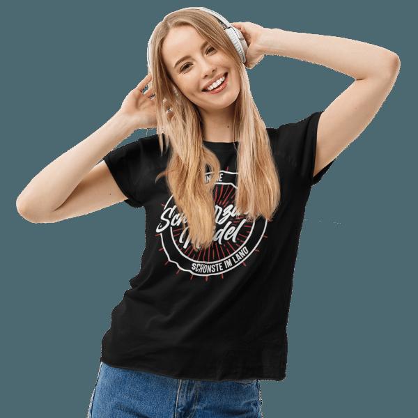 blonde frau mit kopfhoerern im studio mit schwarzem tshirt mit schwarzwald maedel motiv