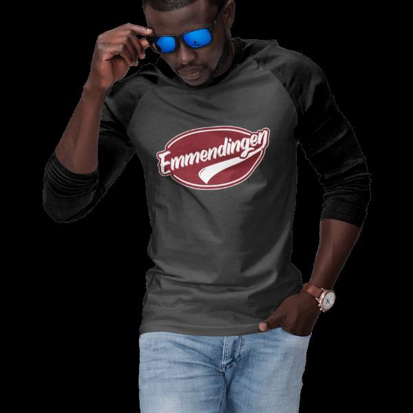 mann mit brille im studion mit grauem langarm shirt mit motiv emmendingen