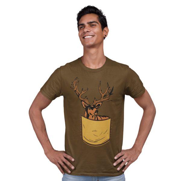 gluecklicher mann im studio mit braunem shirt mit schwarzwaelder hirschtaeschle design