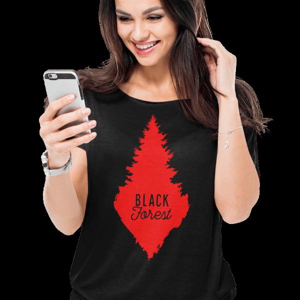 frau mit handy und schwarzem tshirt mit rote schwarzwald tanne aufdruck