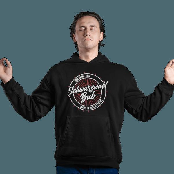 meditierender mann mit schwarzem hoodie mit schwarzwald bub (mir kinne des) motiv