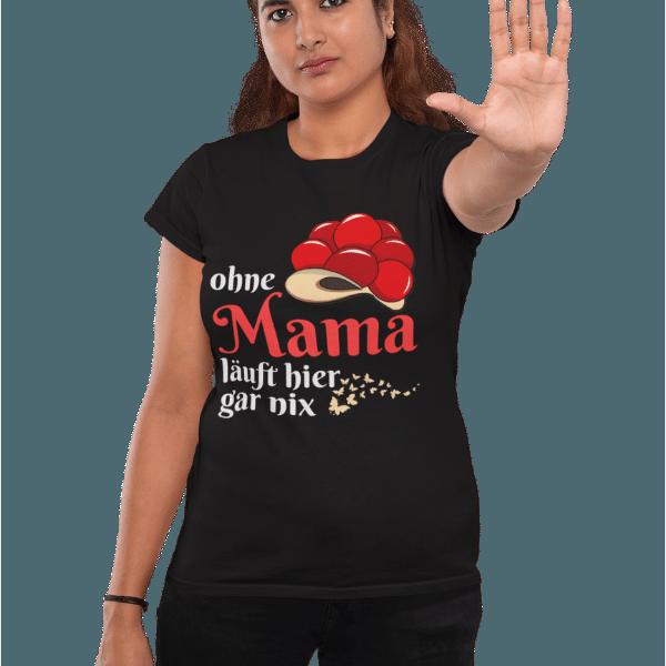 frau im studio mit schwarzem t-shirt mit aufdruck ohne mama laeuft hier gar nix