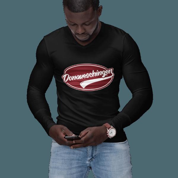 mann mit handy im studio mit schwarzem langarm shirt mit logo donaueschingen