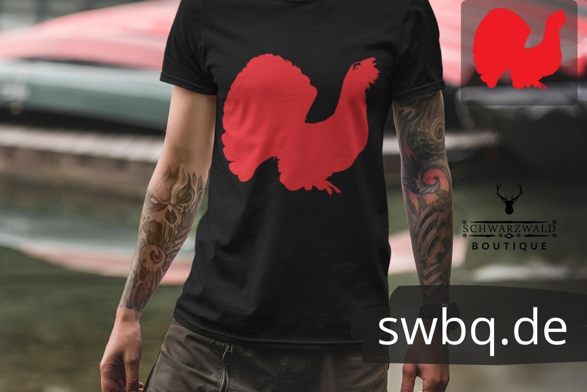 mann mit tatoos mit schwarzem t-shirt mit schwarzwald auerhahn motiv