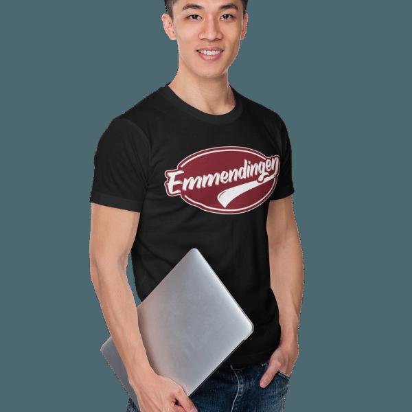 mann im studio mit laptop und schwarzem tshirt mit emmendingen motiv