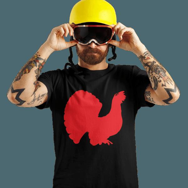 mann mit gelbem helm und brille mit schwarzem tshirt mit aufdruck schwarzwald auerhahn