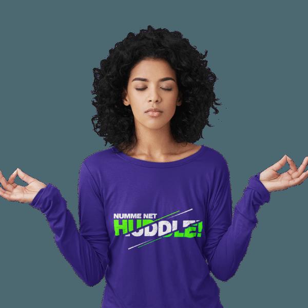 meditierende frau mit blauem langarm t-shirt mit badisch net huddle motiv