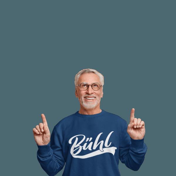 aelterer mann mit brille und grauem bart mit pullover mit buehl motiv
