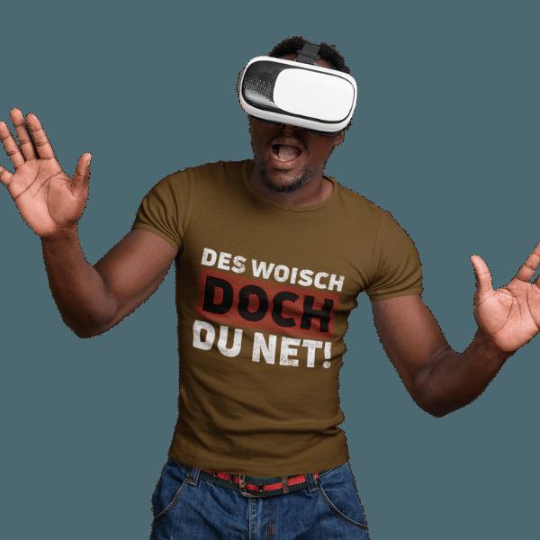 mann mit headset und gruenem t-shirt mit des woisch doch du net design