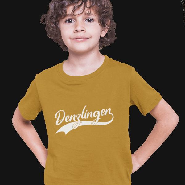 junge im studio mit hellbraunem t-shirt mit logo denzlingen