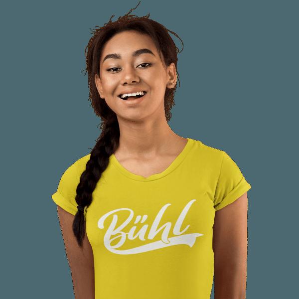 frau im studio mit langem zopf und gelbem t-shirt mit logo buehl