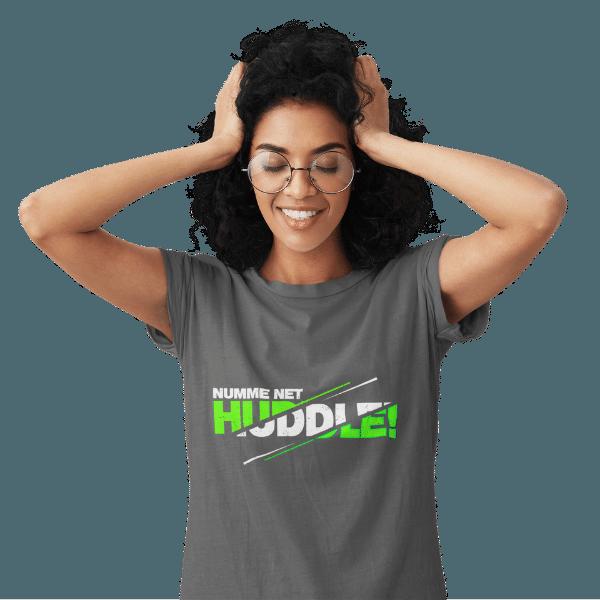 frau mit brille und grauem shirt mit dem badisch net huddle design