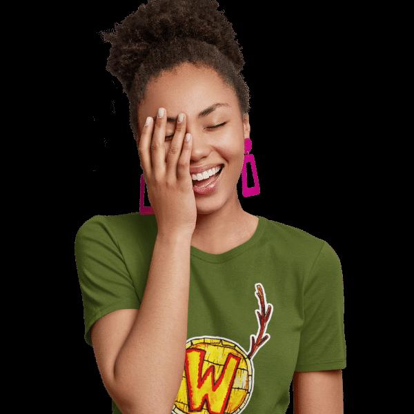glueckliche frau im studio mit einem gruenen tshirt mit aufdruck waelder hochschwarzwald