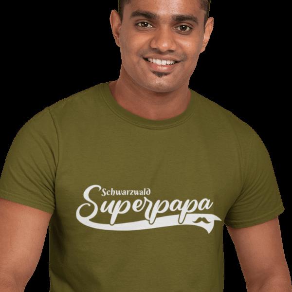 gluecklicher mann im studio mit super papa tshirt design