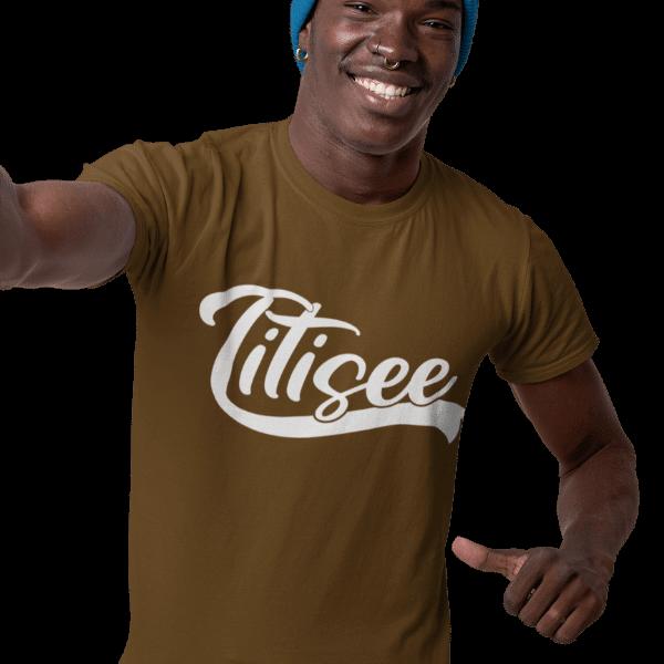 mann mit braunem t-shirt mit titisee design