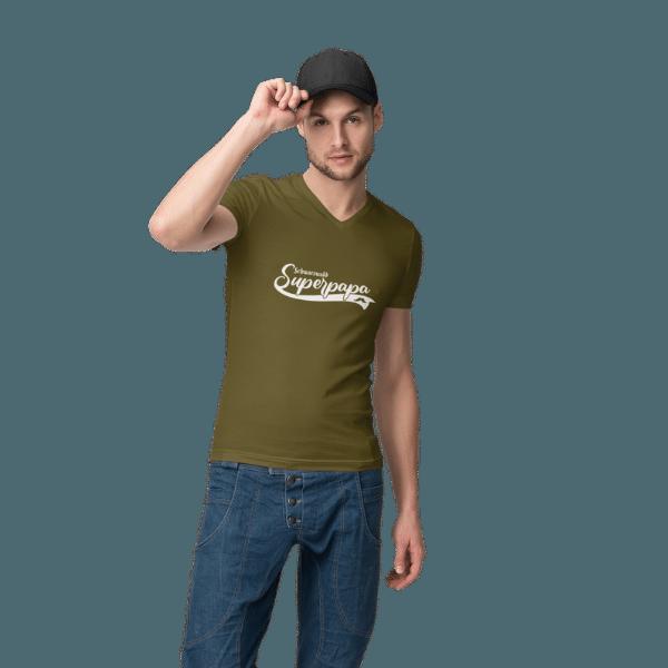 mann mit muetze im studio mit gruenem tshirt mit schwarzwald super papa design