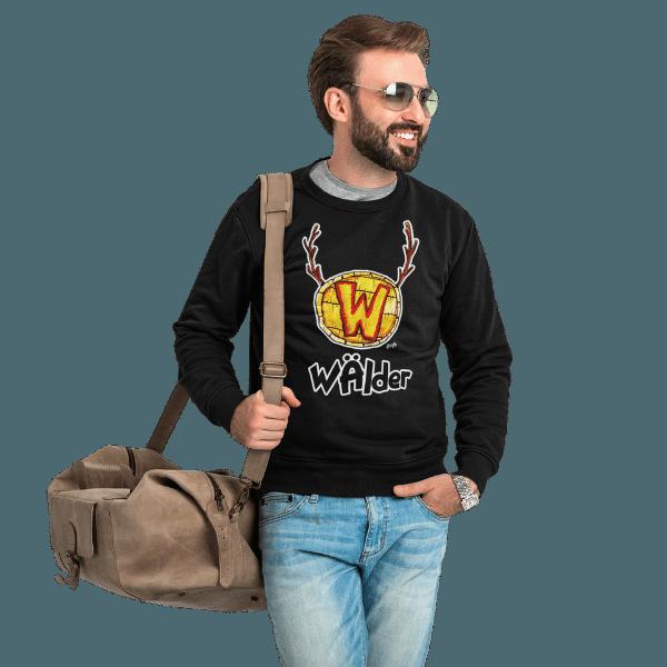 mann mit tasche und sonnenbrille mit langarm t-shirt mit aufdruck waelder hochschwarzwald motiv