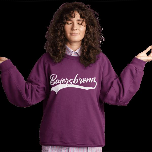 frau im studio mit lila pullover mit logo baiersbronn