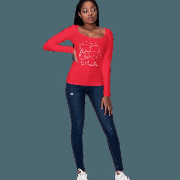 frau mit rotem langarm shirt mit design schwarzwaldmaedel jasmin