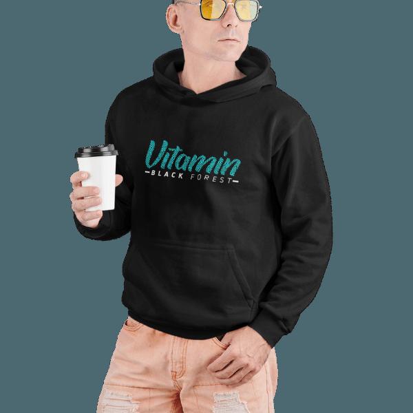 mann im studio mit schwarzem hoodie mit black forest vitamin design