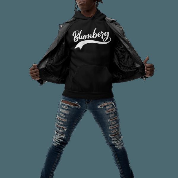mann im studio mit schwarzer jacke und hoodie mit motiv blumberg