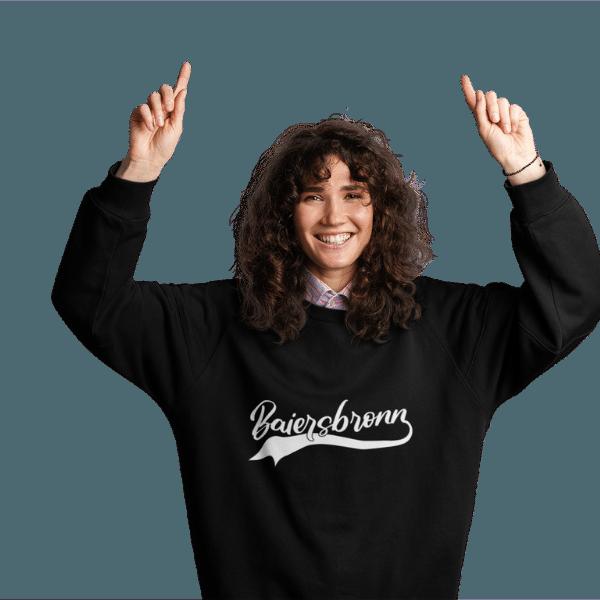 frau mit langen haaren und schwarzem sweatshirt mit motiv baiersbronn