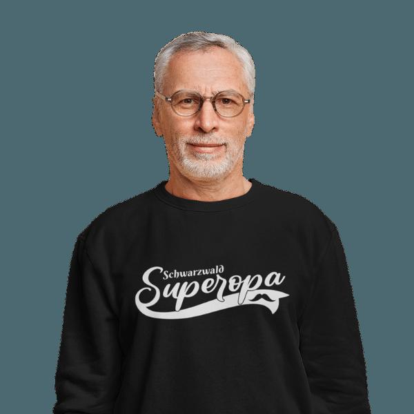 grau haariger mann mit brille und schwarzem sweat-shirt mit schwarzwald super opa motiv