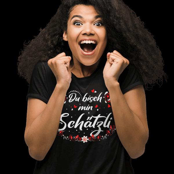 glueckliche frau mit schwarzem t-shirt mit design du bisch min schaetzli