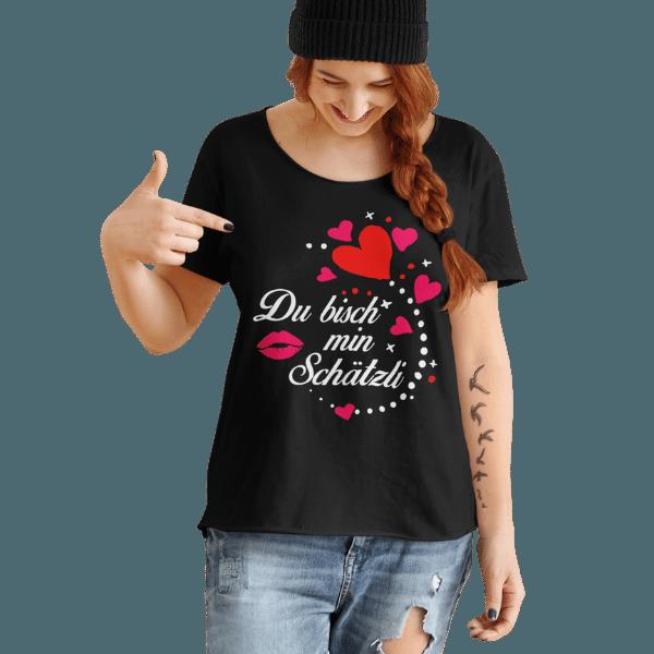 frau mit muetze und schwarzem tshirt mit motiv schwarzwald schaetzli